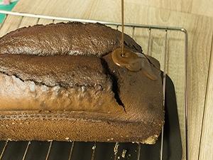 Cubriendo el bizcocho por encima de chocolate